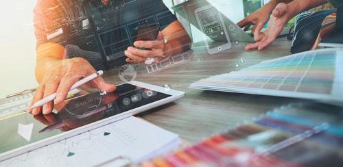 Comercial con plataforma de sales enablement en tablet