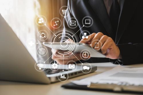 Experta con plataforma digital de Sales Enablement en manos