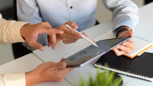 Equipo trabajando con plataforma digital de sales enablement