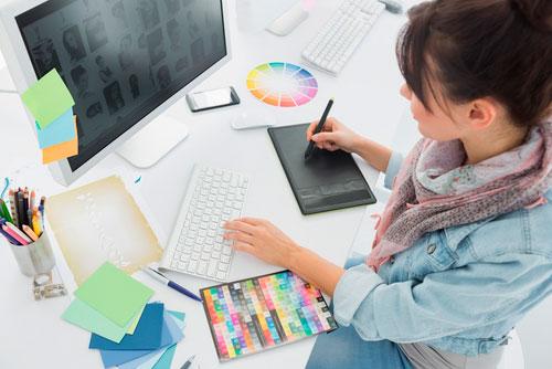 Experta en automatización de catálogos diseñando