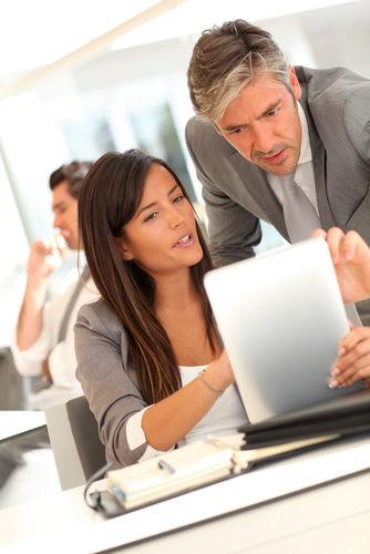 equip comercial treballant amb plataforma de sales enablement a tablet